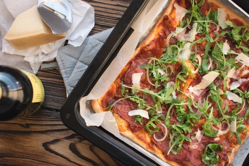 Zelfgemaakte plaatpizza