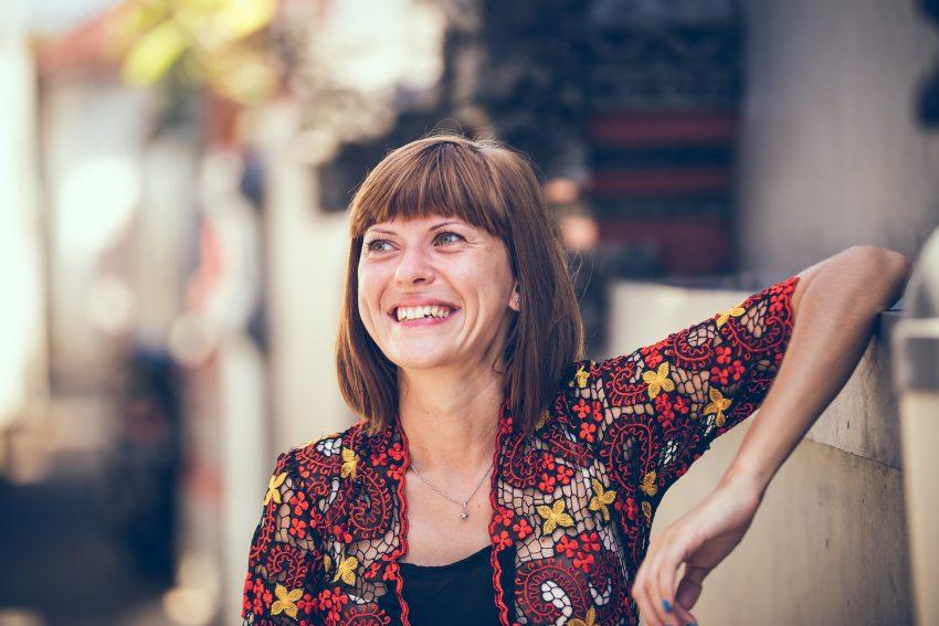 vrouw met rimpels en lach